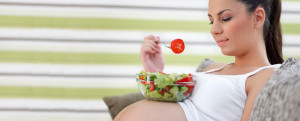 pregnant-woman-eating-salad