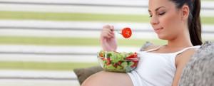 pregnant-woman-eating-salad